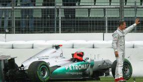 ... und kaputt: Michael Schumacher und sein geschrotteter Silberpfeil. (Foto)