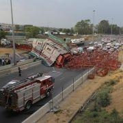 Fußgängerbrücke über Autobahn eingestürzt (Foto)