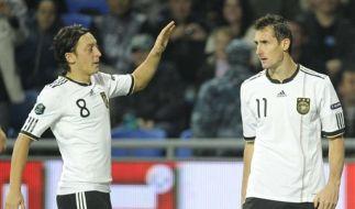 Miro Klose (re.) bejubelt mit Mesut Özil seinen Treffer zum 0:1. (Foto)
