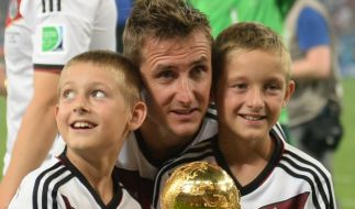 Miroslav Klose mit seinen Söhnen Noah und Luan. (Foto)