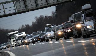 Mit Beginn der Weihnachtsferien müssen Autofahrer mit langen Staus rechnen. (Foto)