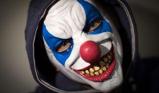 Mit einer Clownsmaske auf dem Kopf soll ein Vater seine Tochter gejagt. (Foto)