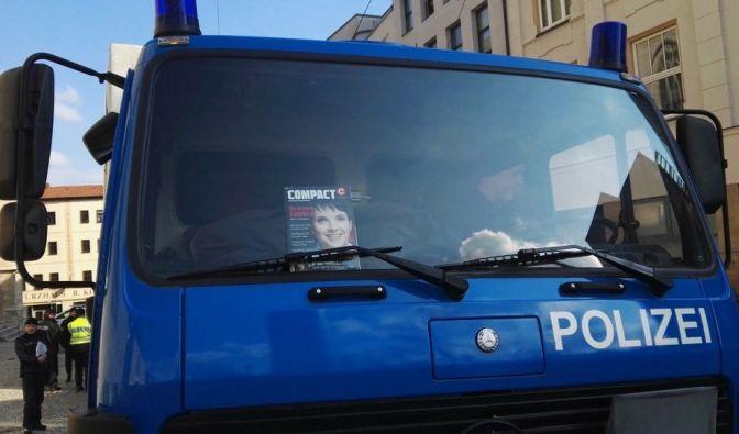 """""""Mit unserem Cover zeigt ihr Flagge!"""" Dieses Foto löst derzeit heftige Kritik gegenüber der thüringischen Polizei aus. (Foto)"""