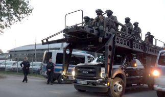 Mit einem gepanzerten Fahrzeug stürmt die Polizei das Vereinsheim der Hells Angels. (Foto)