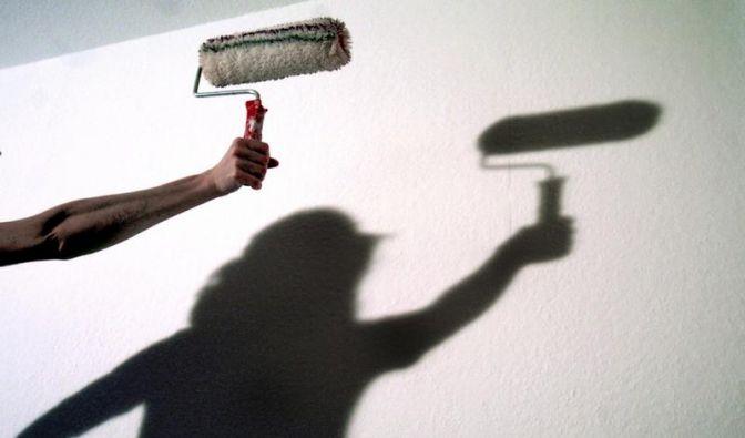 Mit gut deckenden Wandfarben nur einmal streichen (Foto)