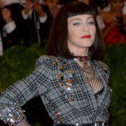 Mit Ketten und Netzstrümpfen:Madonna.