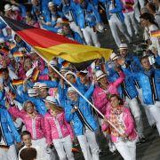 Mit Natascha Keller an der Spitze lief das deutsche Team ins Olympiastadion ein.