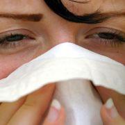 Mit einem Papiertuch kann man herausfinden, welchen Hauttyp man hat: Einfach zwei Stunden nach der Reinigung gegen das Gesicht drücken. (Foto)