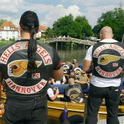 Mitglieder der Hells Angels bei einer Bootsfahrt. Ihr Charter ist jetzt aufgelöst.