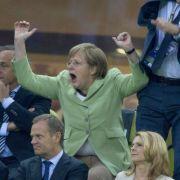Mitreißender als jeder G-8-Gipfel: Kanzlerin Angela Merkel «bibbert» um den deutschen Sieg.