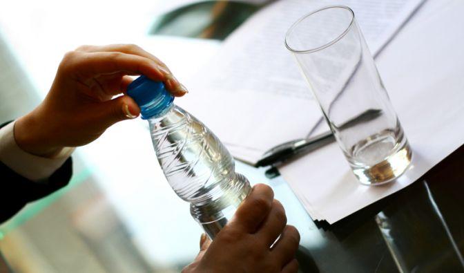Mittagspausen-Fehler: Nichts trinken (Foto)