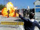 Molotowcocktails fliegen in Richtung der Athener Polizei. Die massiven Streiks in Griechenland gehen (Foto)