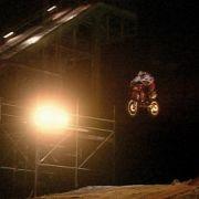 Toni Roßberger springt mit seinem Motorrad.