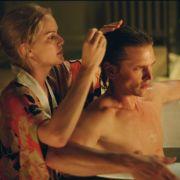 Heloise Plisson (Jacinda Barrett) verarztet den verletzten Tom (Barry Pepper) in Mr. Ripley und die Kunst des Tötens.