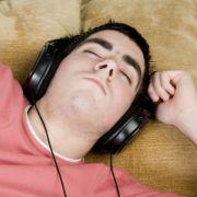 Mit Musik einzuschlafen ist dagegen eine gute Methode.
