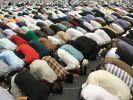 Muslime beten am 25.08.2017 auf der Jahreshauptversammlung der muslimischen Bewegung Ahmadiyya Muslim Jamaat in Rheinstetten (Baden-Württemberg). (Foto)