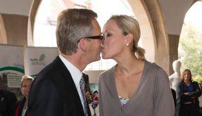 Muss Liebe schön sein: Bettina und Christian Wulff küssen sich. (Foto)