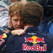 Muss sich Vettel an den WM-Titel krallen wie an die Jacke von Teamchef Christian Horner?