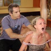 Wer nicht hören will, muss fühlen: Während sich seine Neuehefrau Lila (Malin Akerman) mit einem Sonnenbrand quält, hat der genervte Eddie (Ben Stiller) Zeit, sich neu zu verlieben.