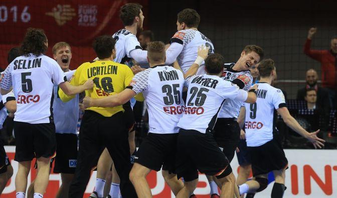 Nach Abpfiff liegen sich die deutschen Handballer in den Armen. (Foto)