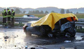 Nach einem Auffahrunfall war ein Fahrzeug in Brand geraten, zwei Menschen starben in dem ausgebrannten Fahrzeug auf der A96 bei Mindelheim (Bayern). (Foto)