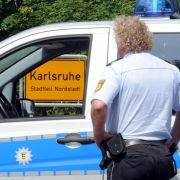 Nach einer Schießerei in Karlsruhe riegelten Spezialkräfte der Polizei den Tatort ab.