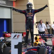 Nach seinem Sieg in Bahrain stellt sich Sebastian Vettel auf die Frontpartie seines Rennwagens.