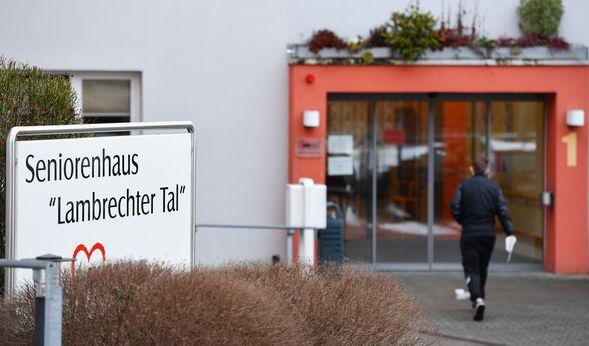Nach dem vermutlich gewaltsamen Tod einer Bewohnerin eines Altenpflegeheims plant die Staatsanwaltschaft Frankenthal Exhumierungen. Gegen drei ehemalige Pflegekräfte des Heims wird wegen Mordverdachts ermittelt. (Foto)