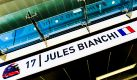 Der Vater von Jules Bianchi berichtet über den dramatischen Zustand des verunglückten Formel-Fahrers. Jeder Anruf aus dem Krankenhaus könnte das Schlimmste bedeuten. Indes werden Vorwürfe gegen Bianchi Rennstall Marussia laut: Hat er Schuld am Unfall? Foto: dpa