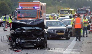 Nach einem Wolkenbruch verkeilten sich 29 Fahrzeuge auf der Autobahn A8 ineinander. (Foto)