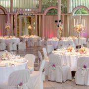 Nach der kirchlichen Zeremonie beginnt die Party! Neben rosa Scheinwerferlichtern und vielen Lampions kommen auch 13.000 Blumen und 600 Kerzen zum Einsatz.