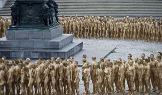 Nackt unter vielen: Mehrere hundert nackte und goldener Farbe bemalte Menschen posieren für Tunicks Nackt-Installation «Der Ring». (Foto)