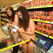 Nackt Süßigkeiten kaufen: die ersten hundert nackten Kunden des neuen «Priss»-Marktes durften für 270 Euro einkaufen.