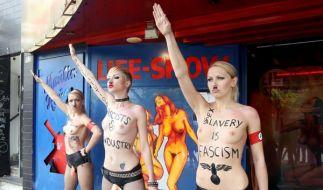 Nackter Protest in Hamburg: Aktivistinnen von Femen demonstrieren im Nazi-Look. (Foto)
