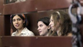 Nadezhda Tolokonnikova (links), Yekaterina Samutsevich und Maria Aliokhina (rechts): Moskau schlägt den Pussy Riot-Aufstand nieder. (Foto)