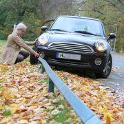 Nässe und Laub auf den Fahrbahnen sorgen mit dafür, dass Oktober und November meist die unfallträchtigsten Monate des Jahres sind. (Foto)