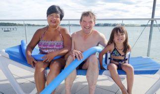 Narumol und Josef mit Tochter Jorafina am Chiemsee. (Foto)