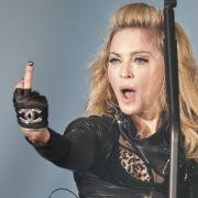 Nette Begrüßung: Madonna zeigt während ihres Konzertes in Berlin den Mittelfinger.