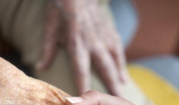 Neue Familienpflegezeit: Job und Pflege kombinieren (Foto)