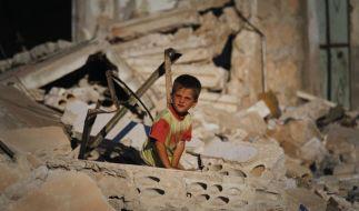 Neues Massaker in Syrien: Ein Junge spielt in den Trümmern eines von Assads Truppen zerstörten Hauses. (Archivbild) (Foto)