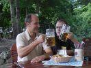 News.de-Redakteure Herbert Mackert und Andreas Schloder philosophieren im Biergarten. (Foto)