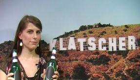 News.de-Redakteurin Nadine Kotré testet die Bruchfestigkeit einer handelsüblichen Bierflasche. (Foto)