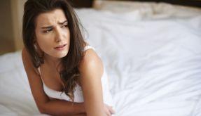Nicht wenige Frauen haben während der Periode so starke Schmerzen, dass sie am liebsten Zuhause bleiben würden. (Foto)