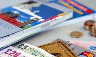 Nicht nur auf das Plastik vertrauen: Neben der Kreditkarte gehört immer auch etwas Bargeld in die Reisekasse. (Foto)