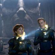 Noomi Rapace (Mitte) als Elizabeth und Michael Fassbender als David in dem Science Fiction-Film Prometheus - Dunkle Zeichen von Ridley Scott.