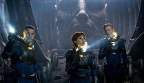 Noomi Rapace (Mitte) als Elizabeth und Michael Fassbender als David in dem Science Fiction-Film Prometheus - Dunkle Zeichen von Ridley Scott. (Foto)