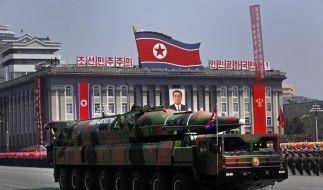 Nordkorea führt bei einer Militärparade seine Raketen vor. (Foto)