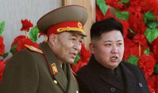 Nordkoreas Diktator Kim Jong Un (rechts) im Gespräch mit dem jetzt entlassenen Armeechef Ri Yong Ho. (Foto)