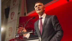 Norwegian prime minister and leader of the Labour party, Jens Stoltenberg, acknowledges the cheers   (Foto)