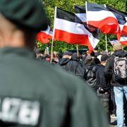 NRW nimmt Neonazis mit Verboten und Razzien hoch.
